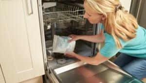 Không nên cho dung môi hóa học vào máy rửa bát
