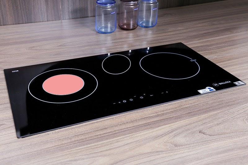 Bếp điện từ 3 vùng nấu, sang trọng, nấu nướng nhanh hơn.