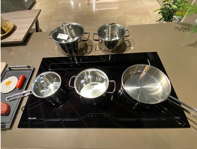 Bộ nồi bếp từ Malloca có độ bền và bóng cao.