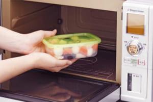 Các vật dụng bỏ trong lò vi sóng không nóng, an toàn sử dụng.